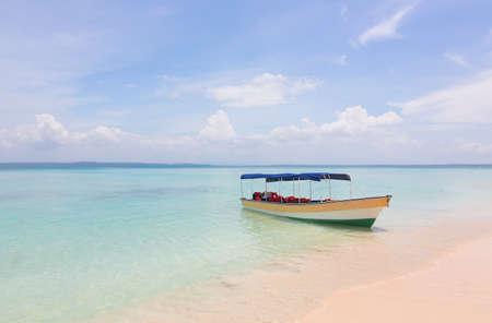 美しい熱帯のビーチにボートします。 写真素材