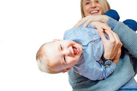 cabeza abajo: Mom holding the baby upside down, isolated