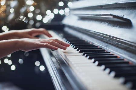 소녀는 피아노를 연주, 가까이, 흰색과 검은 색 키보드