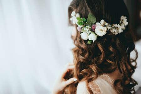 Luxe stijlvolle bruid zittend op het bed
