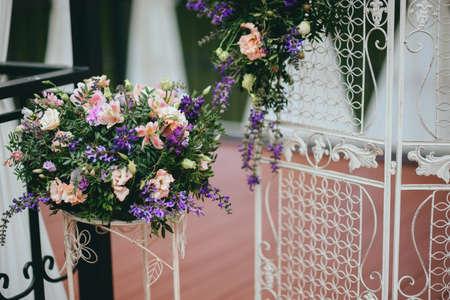 Bouquet di nozze bouquet di fiori bianchi e viola Archivio Fotografico - 81946576