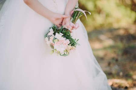 Schoonheidsbruid in bruidsjurk met boeket