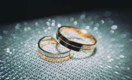 beautiful gold wedding rings on the brides preparations Standard-Bild