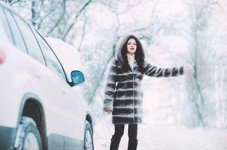 助けを求める壊れた車を持つ若い女性 写真素材