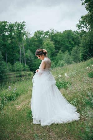 Mooie bruid poseren in haar trouwdag Stockfoto