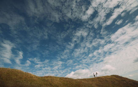 Beautiful wedding couple, the bride and groom against the sky Imagens