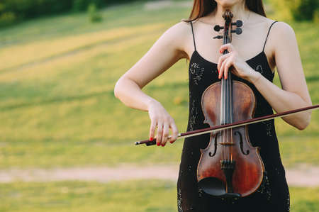 A young woman playing the violin in the field Zdjęcie Seryjne
