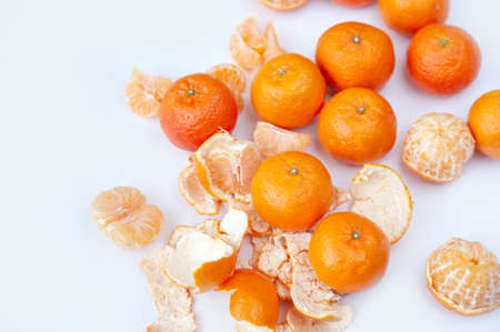 peeled tangerines on a white background. skins. slices Zdjęcie Seryjne - 124150066