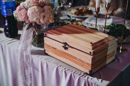 Head table for the newlyweds at the wedding hall. Zdjęcie Seryjne