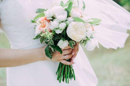 Beautiful wedding bouquet in hands of the bride Stockfoto - 130101406
