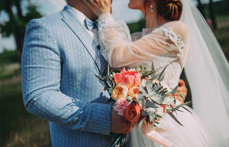 bride and groom with a wedding bouquet. photo shoot walk close-up Stockfoto