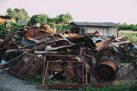 un montón de chatarra oxidada. basura Foto de archivo