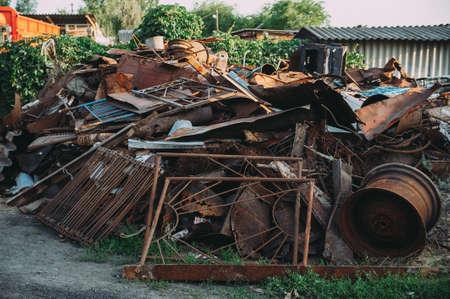 un montón de chatarra oxidada. basura