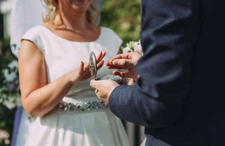 Dressing up the rings at the wedding ceremony close up. Archivio Fotografico