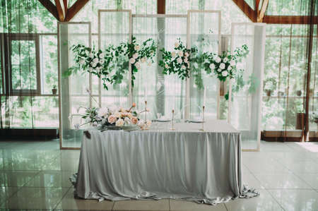 Head table for the newlyweds at the wedding hall. Archivio Fotografico