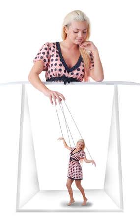 puppet woman: mujer con poco en la cadena de marionetas sobre el fondo blanco