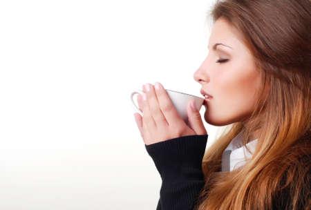 drinking coffee: retrato de la joven y bella mujer con taza de caf� Foto de archivo