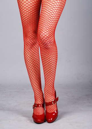 mujeres hermosas piernas en medias de malla de color rojo Foto de archivo - 4695712