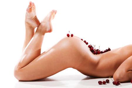 modelle nude: bella donna nuda con ciliegia fresco sul suo corpo