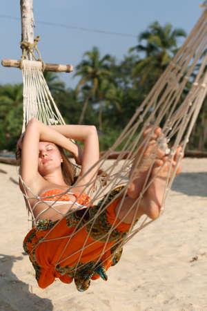 hammocks: Donna che prendere il sole in amaca sulla spiaggia