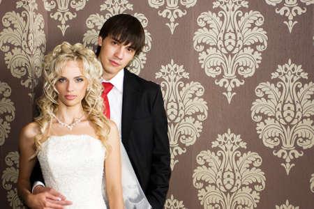 pareja de esposos: Belleza novia y el novio en el d�a de su boda en el vestido y traje