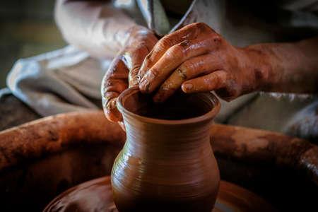alfarero: Potter hace una olla de barro. Foto de archivo