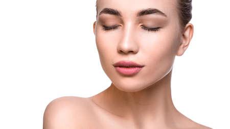 Cerrar el retrato de una mujer con una piel limpia perfecta. Concepto de lifting facial y cuidado de la piel