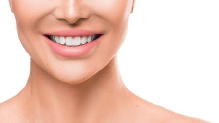 Cerrar una foto de una mujer sonriendo. Blanqueamiento de dientes y salud dental. Foto de archivo