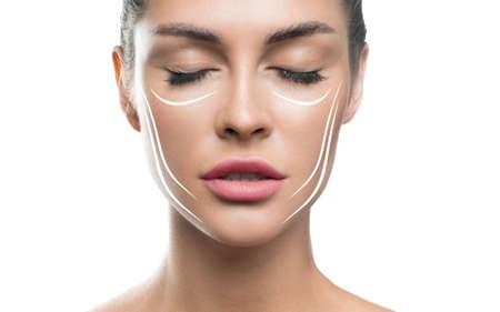 Trattamento viso lifting anti invecchiamento concetto di donna per la cura della pelle. volto di donna con linee di sollevamento su sfondo bianco.