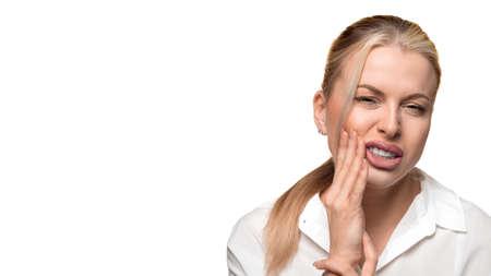 Porträt einer Frau mit starken Zahnschmerzen hautnah. Standard-Bild