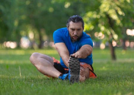 Man stretching after jogging. Focus on the feet. Standard-Bild - 149469906