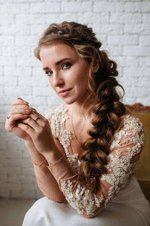 Portrait of Beautiful Bride in wedding dress. Fashion Dress, Hair and Perfect Make Up. Standard-Bild