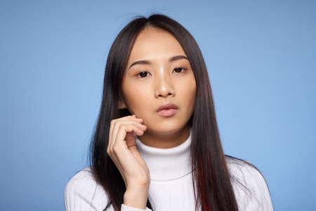 파란색 배경, 초상화, 아시아에 아름 다운 젊은 여자.