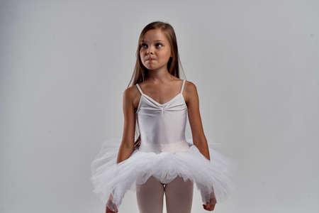 白いバレエチュチュの女の子。