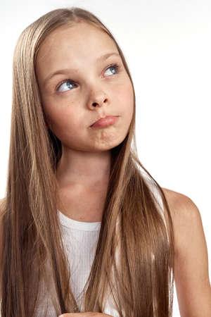 ein Mädchen mit langen Haaren begriff einen Streich.