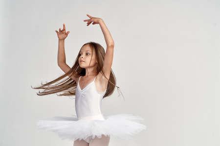 Bailarina pequeña está rogando Foto de archivo - 90096072