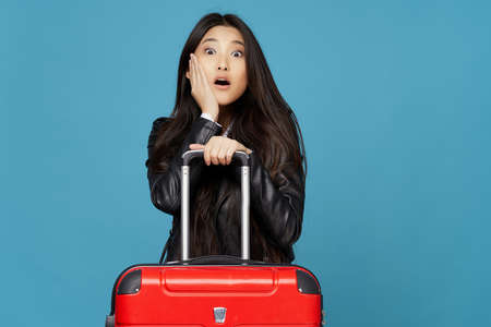 Asian woman with red suitcase missed the plane flight 免版税图像
