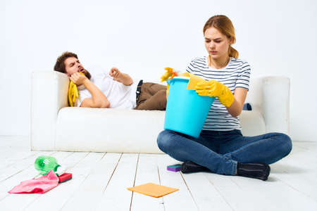 Married couple joint cleaning house cleaning supplies lifestyle 免版税图像