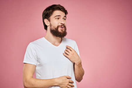 cheerful bearded man white t-shirt emotions cropped view pink background Stockfoto