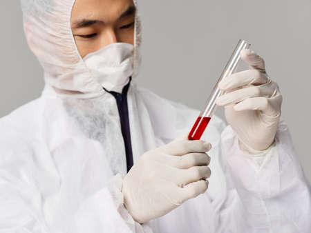 Male laboratory assistant researching drug microbiology development Foto de archivo