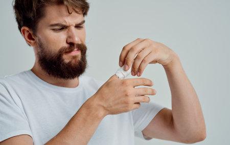 bearded man bandaged thumb health problems medicine Standard-Bild