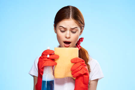 cleaning lady in white shirt cleaning supplies service blue background Imagens