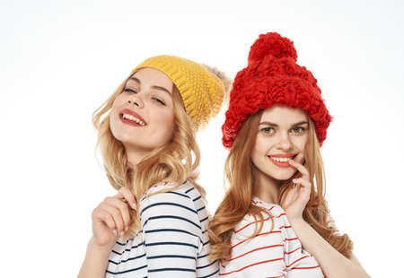 Cheerful girlfriends multicolored hats fashion lifestyle glamor close-up Banque d'images