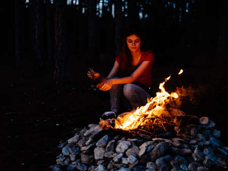 woman sitting in nature near the campfire rest forest Banque d'images