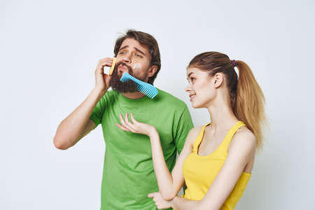 bearded man next to woman shaving facial in bathroom Banque d'images