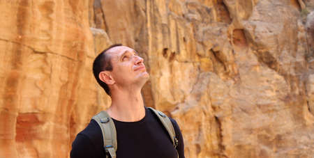 Europian tourist man in black wear in Petra in Jordan during a journey. Beautiful background. Standard-Bild