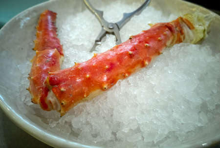 Boiled crab claw in a bowl of ice. Seafood in ice background. 免版税图像