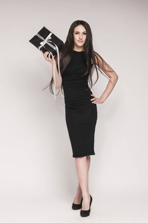 Junge Schöne Frau Mit Langen Haaren Tragen Schwarzen Cocktail-Kleid ...