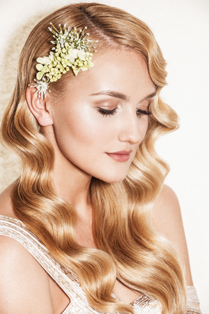 愛情の金髪女性の肖像画。結婚式のメイク、ヘアスタイル、結婚式の装飾と美しい花嫁。結婚式のアイデアとブライダル スタイル。