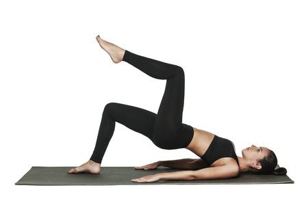 演習を行う若い魅力的な女性の肖像画。体にフィット ヨガマットとブルネット。健康的なライフ スタイルとスポーツのコンセプトです。一連の運動 写真素材